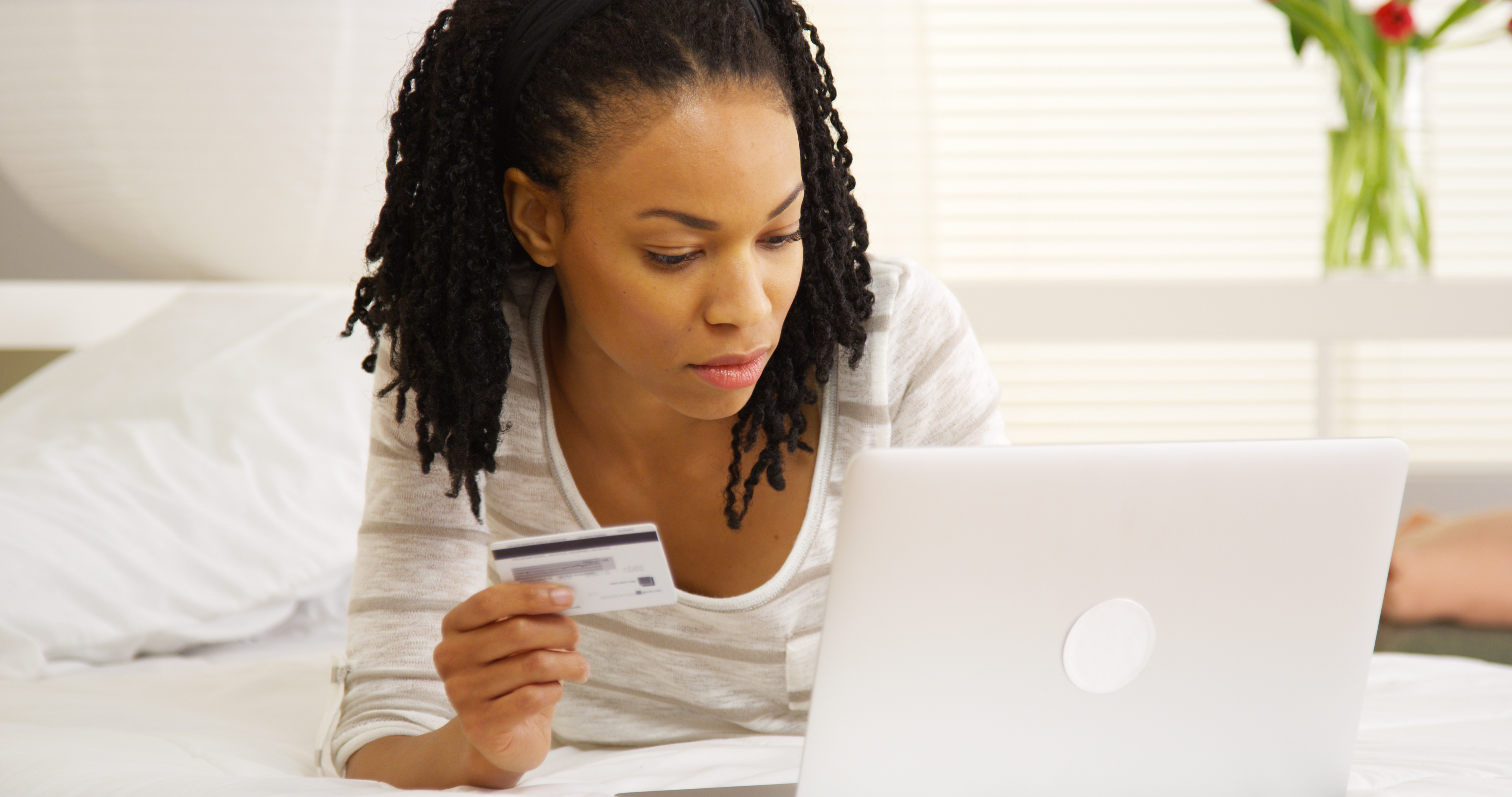 5 Key Advantages to Purchasing With a Debit Card